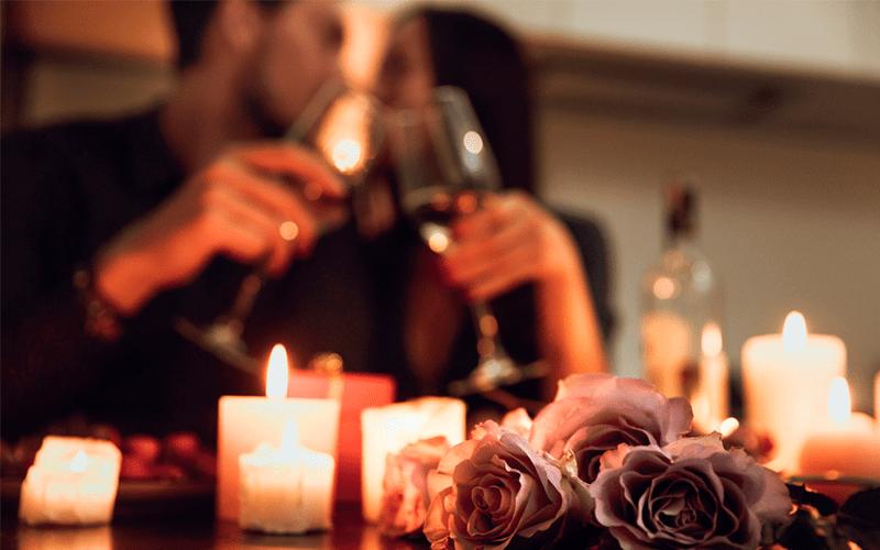 Cena-romantica-en-su-nido-de-amor-min